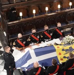 エリザベス女王の前に王配の棺が置かれる(画像は『The Royal Family 2021年4月17日付Instagram「This afternoon, The Duke of Edinburgh's Funeral took place at Windsor Castle.」』のスクリーンショット)
