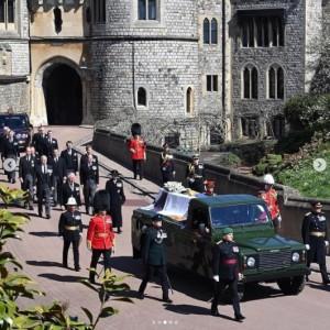 霊柩車の後ろで並んで歩くウィリアム王子やヘンリー王子ら(画像は『The Royal Family 2021年4月17日付Instagram「This afternoon, The Duke of Edinburgh's Funeral took place at Windsor Castle.」』のスクリーンショット)