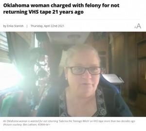 横領罪で指名手配されていたことに気付いたキャロンさん(画像は『Local 21 CBS News 2021年4月22日付「Oklahoma woman charged with felony for not returning VHS tape 21 years ago」(Picture courtesy: Ben Latham; KOKH)』のスクリーンショット)
