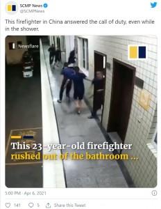 待機していた他の隊員は部屋を飛び出て出動準備に(画像は『SCMP News 2021年4月6日付Twitter「This firefighter in China answered the call of duty, even while in the shower.」』のスクリーンショット)