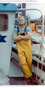 今年2度目の漁で青いロブスターを見つけたトムさん(画像は『Mirror 2021年4月22日付「Lucky fisherman catches rare '1 in 2 million' blue lobster off Cornish coast」(Image: TomLambourn/BNPS)』のスクリーンショット)