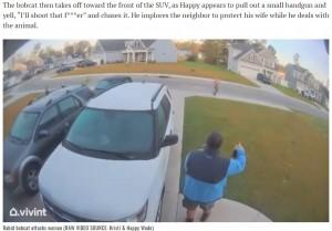 ジョギングする近所の人と挨拶を交わすハッピーさん(画像は『WECT TV6 2021年4月16日付「WATCH: N.C. man throws rabid bobcat after it attacks wife in wild video」(RAW VIDEO SOURCE: Kristi & Happy Wade)』のスクリーンショット)