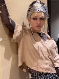 【イタすぎるセレブ達】イーロン・マスクの恋人、背中を覆うタトゥーを披露「美しいエイリアンの傷痕よ」