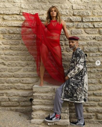 真っ赤なメッシュドレスを着たハルと恋人のヴァン(画像は『Halle Berry 2021年4月2日付Instagram「this ain't no lukewarm kinda love」』のスクリーンショット