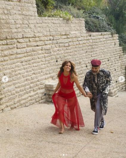 坂道を仲良く歩くハルとヴァン(画像は『Halle Berry 2021年4月2日付Instagram「this ain't no lukewarm kinda love」』のスクリーンショット)