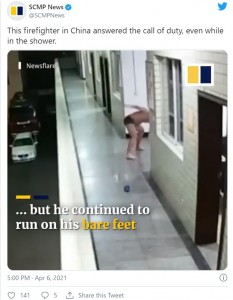 シャワールームを飛び出したジャンさんは、角を曲がりきれず転びそうに(画像は『SCMP News 2021年4月6日付Twitter「This firefighter in China answered the call of duty, even while in the shower.」』のスクリーンショット)