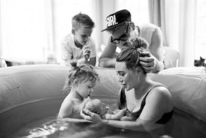 家族に見守られ、2度目の水中出産をしたヒラリー(画像は『Hilary Duff 2021年3月27日付Instagram「Mae James Bair- We LOVE you beauty 3-24-21」』のスクリーンショット)