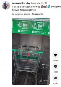 扉は無くスタートボタンを押すと消毒液が噴霧(画像は『Sezzarella 2021年4月27日付TikTok「It's like a car wash only free」』のスクリーンショット)