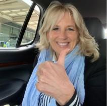 【イタすぎるセレブ達】ジル・バイデン大統領夫人、機内で客室乗務員に変装 エイプリルフールに報道官らを驚かす
