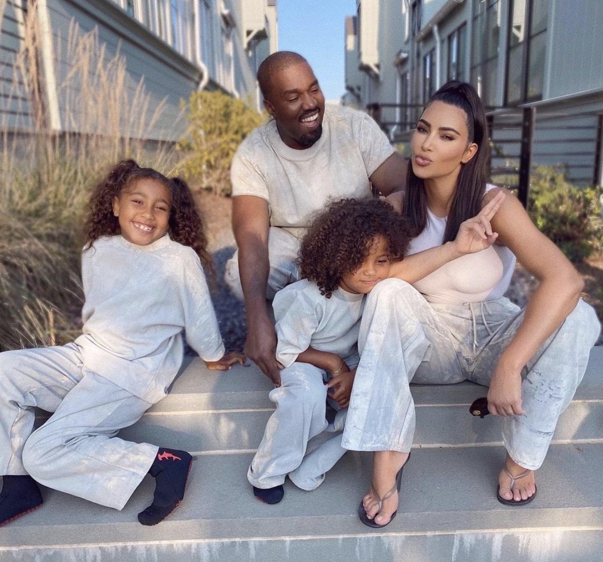昨年までは仲睦まじいところを見せていたカニエとキム(画像は『Kim Kardashian West 2020年10月3日付Instagram』のスクリーンショット)