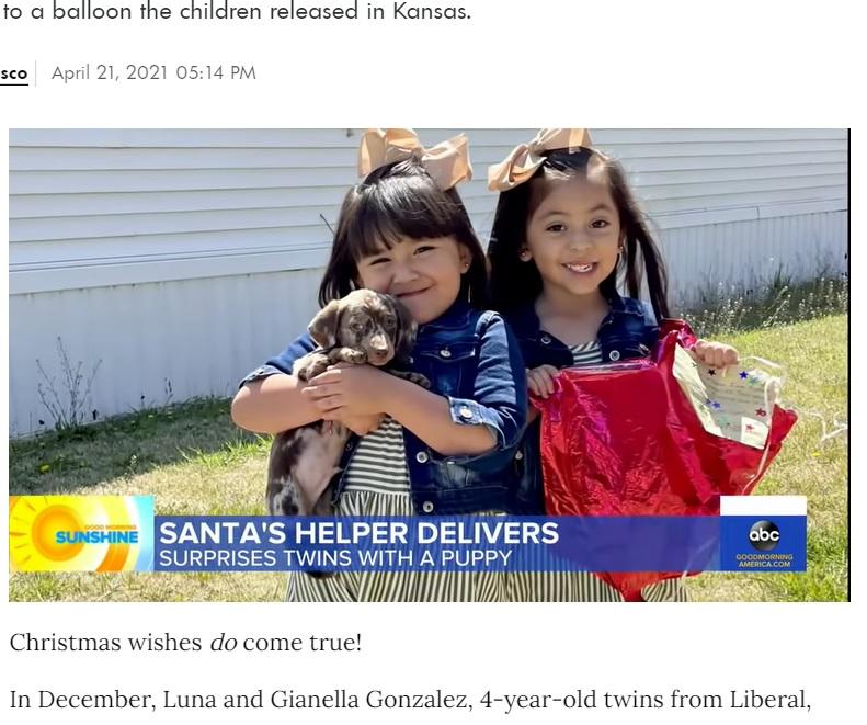 クリスマスの願い事が全て叶い大喜びした双子の姉妹(画像は『People.com 2021年4月21日付「Stranger Gifts 4-Year-Old Twins a Puppy After Finding Balloon Containing Their Gift Wish List」』のスクリーンショット)