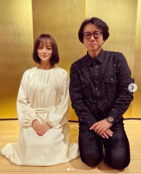 牧瀬里穂と藤井フミヤ(画像は『牧瀬里穂 Riho Makise 2020年1月7日付Instagram「新年会 フミヤ先輩と写真を撮っていただきました」』のスクリーンショット)
