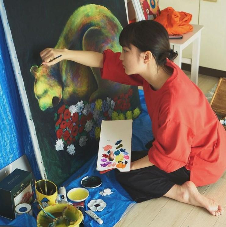 アトリエで絵を描く松本妃代(画像は『松本妃代 2019年12月20日付Instagram「本日個展初日です」』のスクリーンショット)