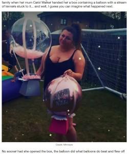 大きな風船の付いたプレゼントをもらったニッキさん(画像は『LADbible 2021年4月27日付「Woman Gifted Birthday Balloon With £100 Tied To It Gutted After It Blows Away」(Credit: Mirrorpix)』のスクリーンショット)