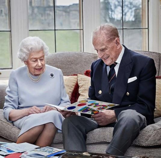 昨年、結婚73周年を祝った女王と王配(画像は『The Royal Family 2020年11月19日付Instagram「This new image has been released to mark the 73rd wedding anniversary of The Queen and The Duke of Edinburgh tomorrow.」』のスクリーンショット)