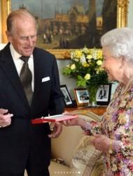 【イタすぎるセレブ達・番外編】エリザベス女王、フィリップ王配の葬儀ではバッグの中に思い出の品が