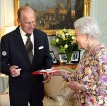 エリザベス女王、フィリップ王配の葬儀ではバッグの中に思い出の品が