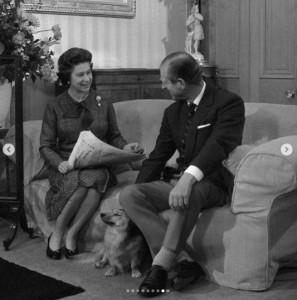 スーツのポケットに入れたハンカチは、王配の定番の着こなしだった(画像は『The Royal Family 2020年6月10日付Instagram「Wishing The Duke of Edinburgh a very happy birthday!」』のスクリーンショット)
