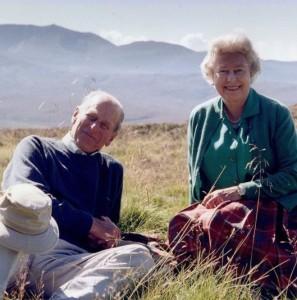 スコットランドで休暇を楽しむ女王と王配(画像は『The Royal Family 2021年4月16日付Instagram「The Queen wishes to share this private photograph taken with The Duke of Edinburgh at the top of the Coyles of Muick, Scotland in 2003.」』のスクリーンショット)
