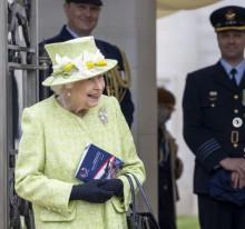 【イタすぎるセレブ達】エリザベス女王、5か月ぶりに公の場で公務を行う パイロットと冗談を交えて談笑