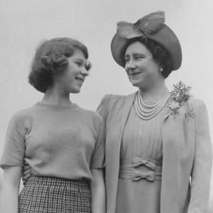 王女だった頃のエリザベス女王とクイーンマザー(画像は『The Royal Family 2021年3月14日付Instagram「To all Mums everywhere, we wish you a very special Mother's Day.」』のスクリーンショット)