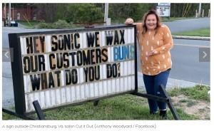 5年ぶりに看板を使用したというチェルサさん(画像は『CTV News 2021年4月25日付「A 'sign war' has erupted in a Virginia town and now the world is watching」(Sarah Carter / Facebook)』のスクリーンショット)