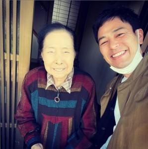 祖母と再会した妻夫木聡(画像は『妻夫木聡 Satoshi Tsumabuki 2021年4月16日付Instagram「仕事で九州へ来たので、少しだけおばあちゃんに会ってきました」』のスクリーンショット)