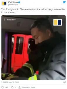 ジャンさんは頭にシャンプーの泡が残ったままヘルメットを装着(画像は『SCMP News 2021年4月6日付Twitter「This firefighter in China answered the call of duty, even while in the shower.」』のスクリーンショット)