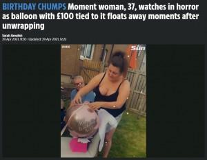 プレゼントを開けようとリボンを解くニッキさん(画像は『The Sun 2021年4月29日付「BIRTHDAY CHUMPS Moment woman, 37, watches in horror as balloon with £100 tied to it floats away moments after unwrapping」』のスクリーンショット)