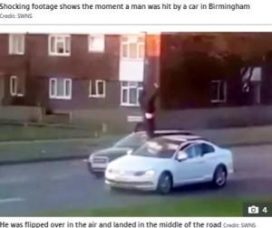 跳ねられて逆さまになった状態の男性(画像はThe Sun 2021年4月20日付「LEFT FOR DEAD Horrifying moment car smashes into pedestrian catapulting him through the air before speeding off」(Credit: SWNS)』のスクリーンショット)