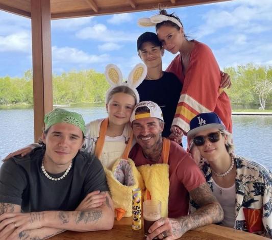 イースター休暇に全員が集結したベッカム一家(画像は『Victoria Beckham 2021年4月4日付Instagram「Happy Easter from the Beckham's x We love you so much @nicolaannepeltz nice picture!」』のスクリーンショット)