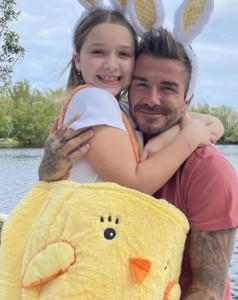 父デヴィッドに抱きつくハーパーちゃん(画像は『Victoria Beckham 2021年4月4日付Instagram「Happy Easter fashion bunnies!!」』のスクリーンショット)