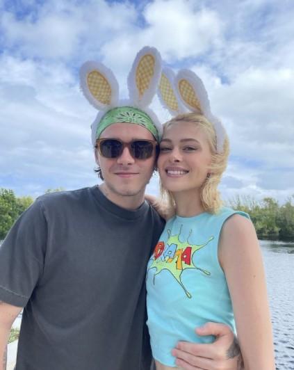 久しぶりに家族の元に戻ったブルックリンと婚約者のニコラ(画像は『Victoria Beckham 2021年4月4日付Instagram「Our family together is the most precious gift this Easter」』のスクリーンショット)