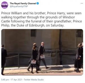 教会を出て歩くヘンリー王子、ウィリアム王子、キャサリン妃(画像は『The Royal Family Channel 2021年4月17日付Twitter「Prince William and his brother, Prince Harry, were seen walking together through the grounds of Windsor Castle following the funeral of their grandfather, Prince Philip, the Duke of Edinburgh, on Saturday.」』のスクリーンショット)