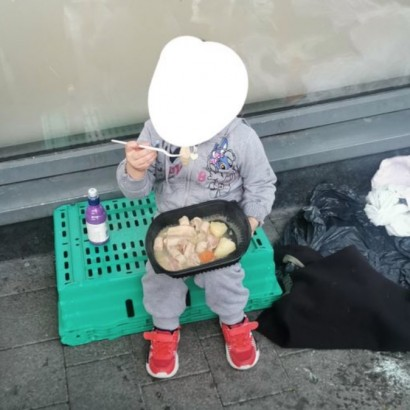 【海外発!Breaking News】路上で炊き出しを食べるホームレスの4歳女児にボランティアスタッフ「言葉が無い」(アイルランド)