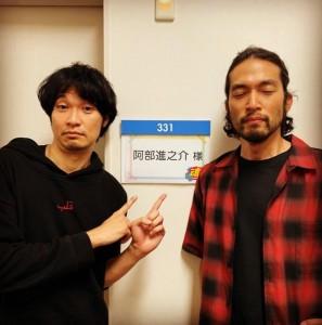 佐藤健から贈られたパーカーを着た青木崇高と阿部進之助(画像は『阿部進之介 Shinnosuke Abe 2021年4月29日付Instagram「ムネちゃんとアベちゃんやで。」』のスクリーンショット)