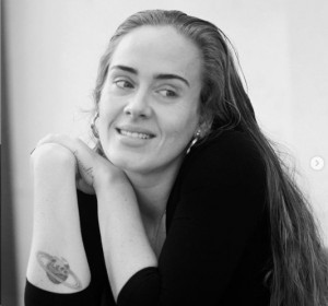 ノーメイクで自然な姿のアデル(画像は『Adele 2021年5月5日付Instagram「Thirty Free」』のスクリーンショット)