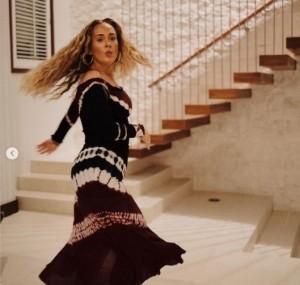 タイダイ柄のドレスが似合うアデル(画像は『Adele 2021年5月5日付Instagram「Thirty Free」』のスクリーンショット)