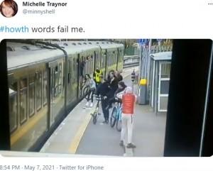 頭を抱えてショックを受ける少年ら(画像は『Michelle Traynor 2021年5月7日付Twitter「#howth words fail me.」』のスクリーンショット)