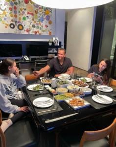 空いている席に「悲しくなる」と同情の声が相次ぐ(画像は『Alex Rodriguez 2021年5月13日付Instagram「Din din with my girls!」』のスクリーンショット)