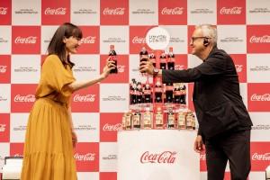 綾瀬はるかと日本コカ・コーラ株式会社・代表取締役社長ホルヘ・ガルドゥニョ氏