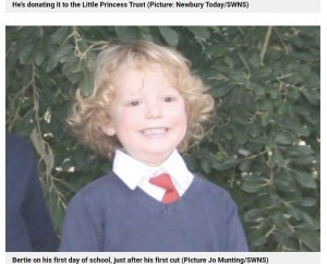 4歳の時に短く切った時は、カーリーヘアだったバーティー君(画像は『Metro 2021年4月28日付「Boy to get the second haircut of his lifetime so he can donate locks to charity」(Picture Jo Munting/SWNS)』のスクリーンショット)