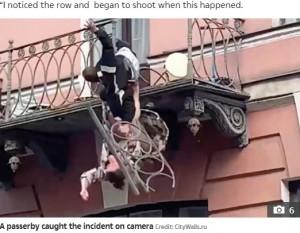 崩れ落ちる手すり(画像は『The Sun 2021年5月30日付「ARGUE THE TOSS Shocking moment rowing couple plunge 25ft from balcony & SURVIVE after crashing through railings during scuffle」(Credit: CityWalls.ru)』のスクリーンショット)