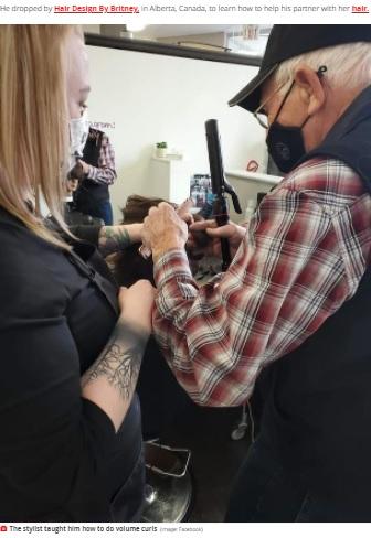 マネキンを使って実際に髪を巻く男性(画像は『Mirror 2021年4月29日付「Loving husband asks stylist to teach him how to curl hair as wife can't do it anymore」(Image: Facebook)』のスクリーンショット)