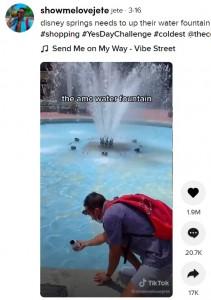 噴水の水を水筒に入れて飲むジェイソンさん(画像は『jete 2021年3月16日付TikTok「disney springs needs to up their water fountain game」』のスクリーンショット)