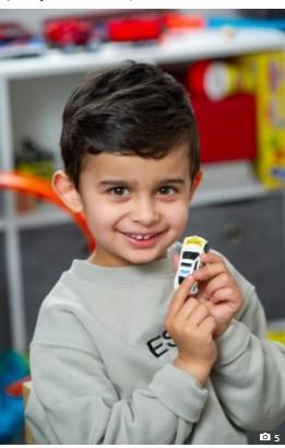 【海外発!Breaking News】言語障がいのある4歳児、発作を起こした母を救う おもちゃのパトカーの「999」を見て緊急通報(英)