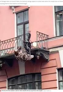 バルコニーから転落するカップル(画像は『Mirror 2021年5月29日付「Moment fighting couple fall 25ft from balcony and survive death-defying plunge」(Image: CityWalls.ru)』のスクリーンショット)