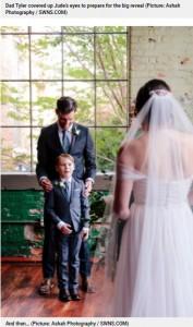 タイラーさんが両手を離した瞬間のジュード君(画像は『Metro 2021年5月11日付「Boy cries as he sees stepmum in wedding dress for first time」(Picture: Ashah Photography / SWNS.COM)』のスクリーンショット)