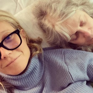 グウィネスと隣でうたた寝する母親(画像は『Gwyneth Paltrow 2021年5月9日付Instagram「I love a good snuggle with you.」』のスクリーンショット)