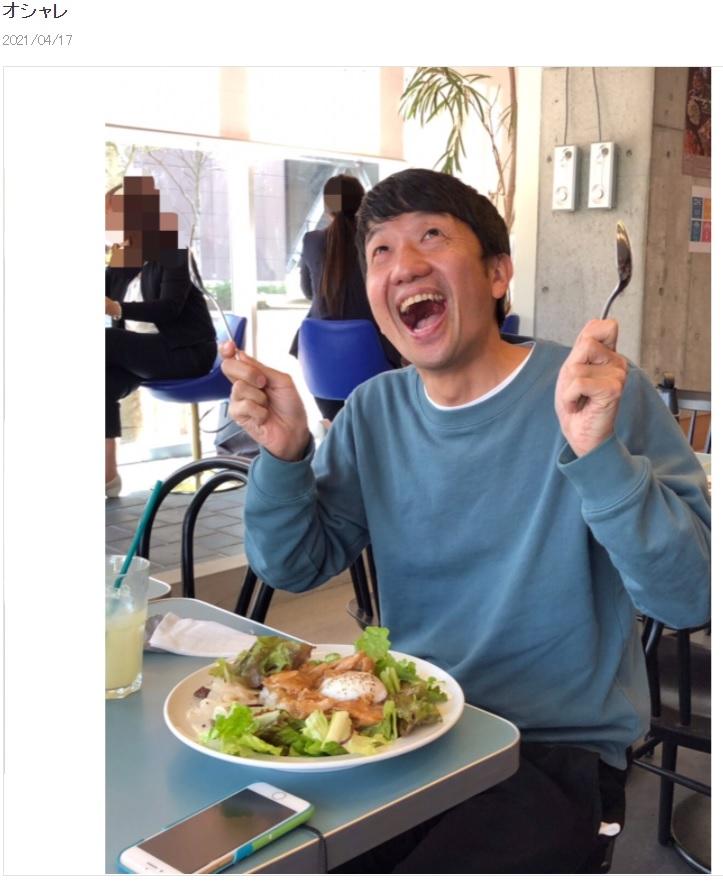 おしゃれなお店でランチする波田陽区(画像は『波田陽区 2021年4月17日付オフィシャルブログ「オシャレ」』のスクリーンショット)
